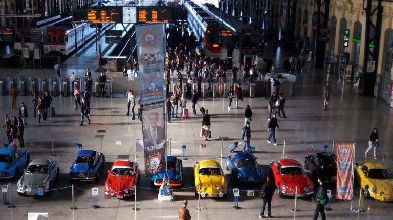 La estación de València Nord de Adif acoge una exhibición de automóviles 'Alpine A110'